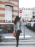 Carreaux & Sweater – Elodie in Paris