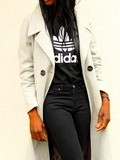 Adidas tee, manteau long et escarpins